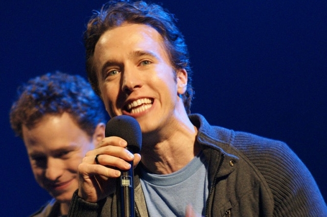 768px-Craig_Kielburger_at_We_Day_Waterloo_2011_with_his_brother,_Marc_Kielburger,_in_the_background