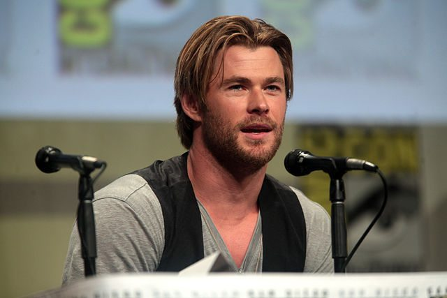 Hollywood Latest! Chris Hemsworth Kisses... Sir Anthony Hopkins? And Loads More!